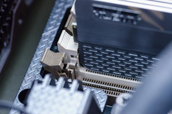 Lấy các thanh RAM mới ra khỏi vỏ bọc và đặt chúng trên vỏ bọc