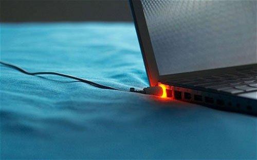 Vậy sạc laptop bị nóng có làm sao không?